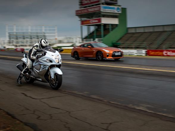 Video: Nissan GT-R vs Suzuki Hayabusa