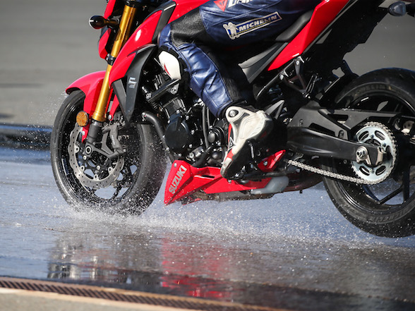 Video: Michelin shows how good their Road5 is in the wet