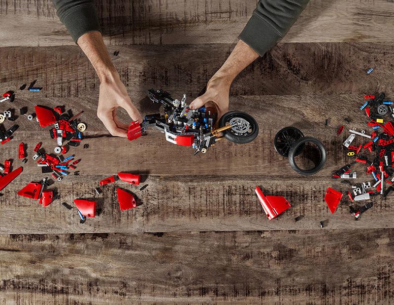 02_Ducati Panigale V4 R LEGO_ Technic__UC154219_Low