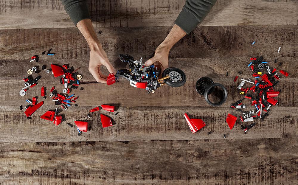 01_Ducati Panigale V4 R LEGO_ Technic__UC154220_Low
