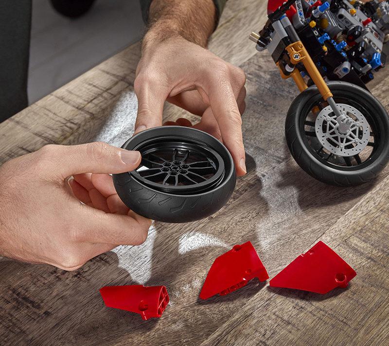 03_Ducati Panigale V4 R LEGO_ Technic__UC154221_Low