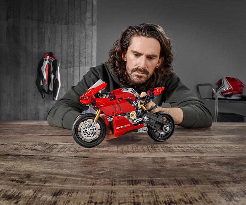 04_Ducati Panigale V4 R LEGO_ Technic__UC154222_Low