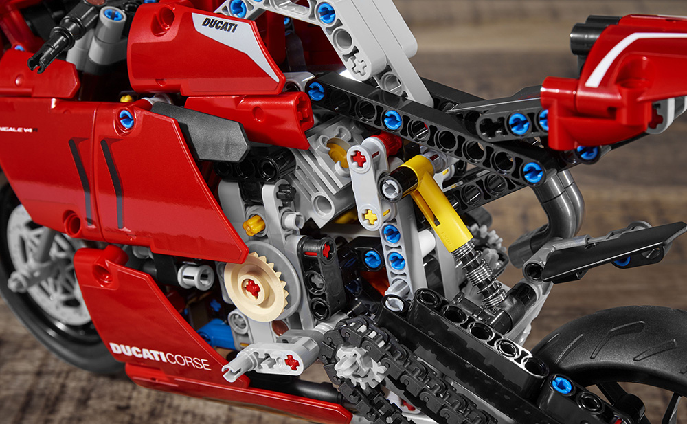 01_Ducati Panigale V4 R LEGO_ Technic__UC154220_Low